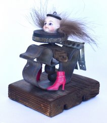Evelyn_Noval_creepy-girl-on-duck-pink-boots-skrotkunst-2020-3_small.jpg